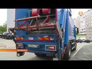 Суета на фоне контейнеров с мусором: одни работают, другие снимают видео