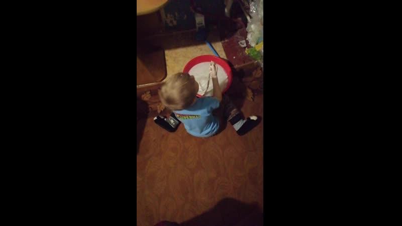 30.04.20 Александр стирает свою испачканную одежду:белый бадлон. Намыливает, жимкает. Мило!