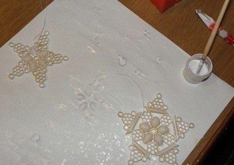 Снежинки из макарон Нам потребуется:- Макаронные изделия разных форм;- Клей («Момент»);- Краски акриловые;- Кисточка;- Ёлочное украшение «Дождик»;- Соль (мелкая или крупная, может сахар, что