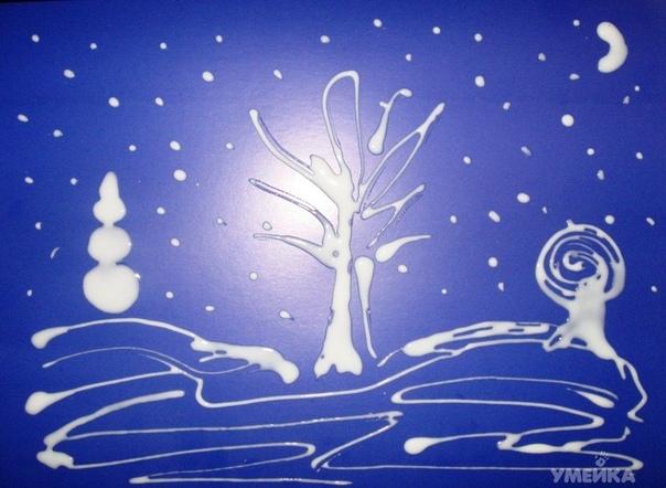 ЗИМНИЙ ПЕЙЗАЖ ИЗ КЛЕЯ И СОЛИ Понадобится: лист цветного картона, клей ПВА, соль.На листе цветного картона клеем ПВА рисуем картину. Теперь сверху посыпаем солью. Ждем, когда высохнет. Остатки