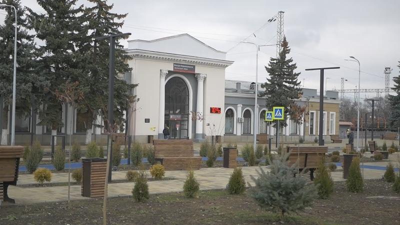 На обновленной привокзальной площади Невинномысска посадили ёлку