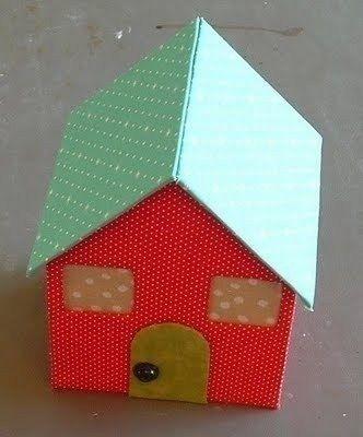 ДОМИКИ ИЗ КАРТОНА И ТКАНИ Вооот где простор для фантазии! Ведь можно придумать и свои домики, даже дворцы или замки! И украсить по-разному: цветной, клейкой бумагой, блестками, красками,