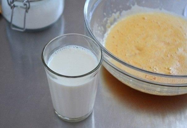 Тыквенные панкейки. Ингредиенты:200 г тыква (пюре)2 шт. яйца куриные200 г мука4 ст.л. сахар30-40 г масло сливочное200 мл молоко коровье10 г разрыхлительщепотка сольпо вкусу мед (для