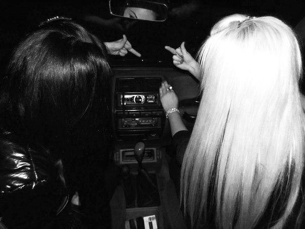 Девушка с черными волосами спиной в клубе