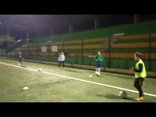 Веселое футбольное упражнение на контроль мяча и смену направления движения