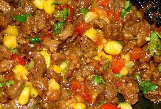 Буритос (мексиканская кухня) Что нужно: 1 упаковка лепешек Тортильяс0,5кг. говядины2 луковицы0,5 банки кукурузы1 красный болгарский перец2-3 томата (из банки в собственном соку или 2ст.л.