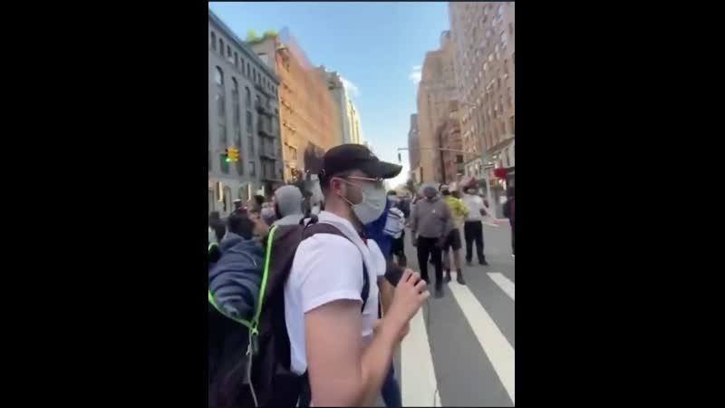 Стример попросил протестующих перевернуть машину чтобы снять хорошее видео но сразу пожалел об этом