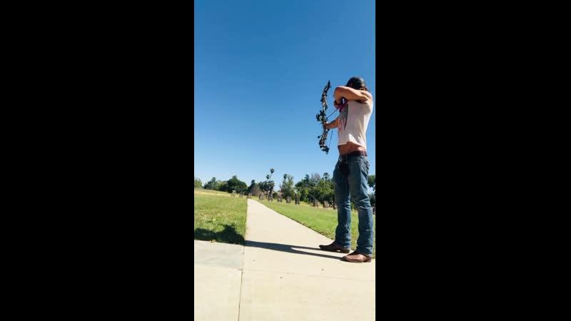 Зак Макгоуэн стреляет из лука