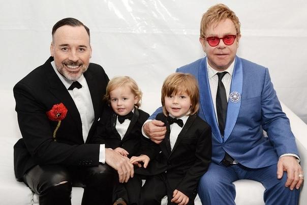 Официальная фотосессия Элтона Джона с мужем и детьми!