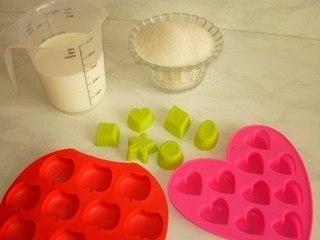 МОЛОЧНЫЕ КОНФЕТКИ ДЛЯ ДЕТОК Ингредиенты:Молоко 100 млСахар 300 гПриготовление:1. В глубокую сковородку с толстым дном всыпают 300 г сахара, выливают 100мл молока. Варят на среднем огне,