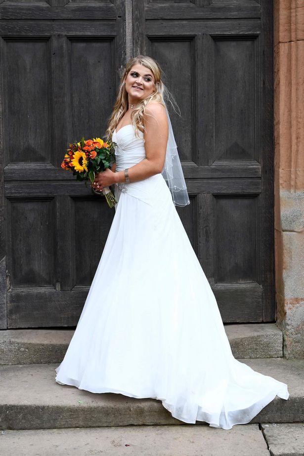 Невеста хотела выглядеть красиво на своей свадьбе.