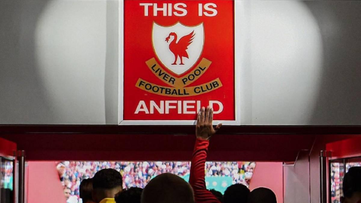 Табличка в подтрибунном помещении Энфилда. ФК Ливерпуль
