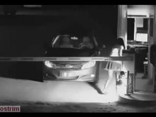 Девушка напугала трусливого охранника ночной парковки. Ловко!