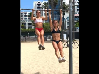 Пляжная тренировка двух девушек