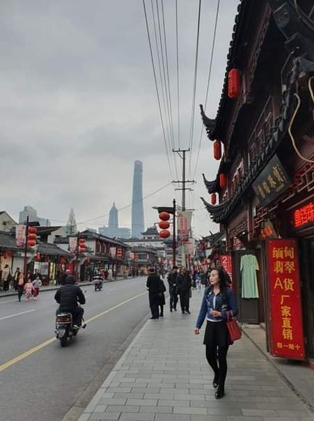 Однажды Георгий ел свинину в одном шанхайском кафе, и там играла очень боевая песня. Пела её женщина, и в голосе слышалась храбрость одновременно со страданиями. Георгий знал, что женщины так