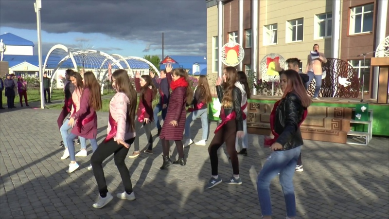 Зажигательные танцы и флешмоб от выпускников мензелинских школ