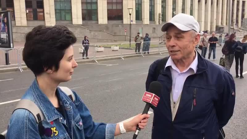 Странный человек на государственном митинге в поддержку Голунова
