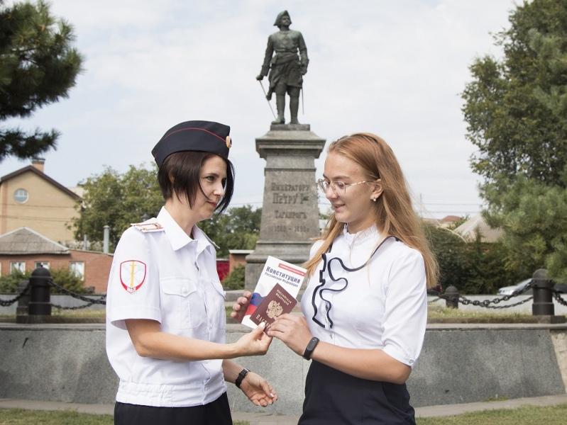 В городе Таганроге торжественно вручили паспорта  гражданам Российской Федерации