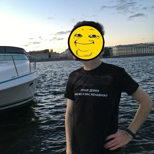 Парню, которые сделал фото в футболке с мемной фразой, угрожают расправой и требуют извинений Знаете за что Он якобы дико и ужасно оскорбил всех баб. Шкуры, которые себя узнали, и их