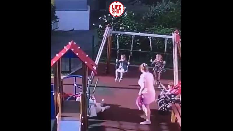 Неадекватная мамаша брызнула перцовым баллончиком в лицо 4-летней девочке, её матери и бабушке на детской площадке