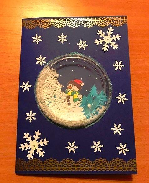НОВОГОДНИЕ ОТКРЫТКИ СВОИМИ РУКАМИ. Эта новогодняя открытка сделана с использованием прозрачной крышки от молочных продуктов. Также мы использовали шарики пеноплаcта. Вместо них можно взять бисер