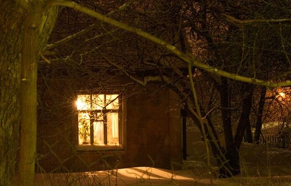 Она пришла в село с последними лучами заката, на миг осветившими её скрюченную спину Одетая в ветхое рубище, седая старушка медленно шла по широкой улице, подслеповато смотря на могучие дома, в