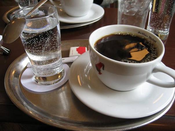 КОФЕ И ХОЛОДНАЯ ВОДА Некоторые люди запивают его охлажденной водой. Жидкость обостряет вкус и аромат, при этом бодрящие свойства кофе проявляются более интенсивно. Любители кофе с многолетним