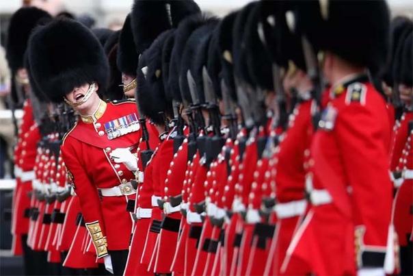 Как выгдялит парадная военная форма в разных странах: Помпоны, медвежьи шапки, перья павлина и др изыски Воинские традиции порой бывают очень консервативными. Иногда в парадной форме гвардейцев