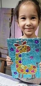КАРТИНЫ С ФОЛЬГОЙ, ПРЯЖЕЙ И МАРКЕРАМИ Делать такие необычные объемные картины детям очень нравится. На картоне, который будет основой, или готовом холсте нарисуйте шаблон рисунка. Это могут быть