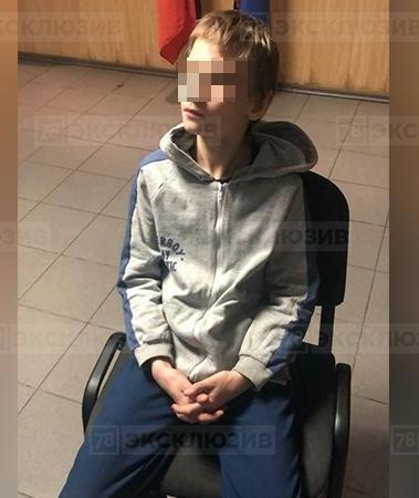 В Петербурге 12-летний мальчик убил свою мaть во время пыток. Он поливал мaть кипяткoм из чайника и медленно убивал. На месте обнаружили нож, ножницы, пинцет, шампур и фонарик. За всеми опытами