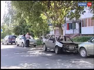 Тройной ущерб. Этой ночью в Ельце сгорели две машины, ещё одна обгорела частично