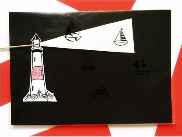 ИНТЕРЕСНЫЕ ПОДЕЛКИ СВОИМИ РУКАМИ Как такое сделать Рисуем кораблики на файле маркером, внутрь вкладываем чёрный лист бумаги или картона. Маяк приклеиваем снаружи. А далее внутри водим