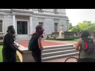 Семейная пара вышла на защиту своего дома в США