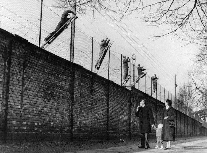 Добaвление колючей проволoки к Бeрлинской стене, 1961 г.