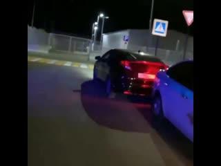 Сотрудники ДПС задним ходом врезались в машину. Казань