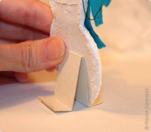 НОВОГОДНЯЯ ПОДЕЛКА от Юлии Баевой Из ваты пропитанной клеем ПВА формируем на картоне тело снеговика. Лучше это делать в несколько слоёв, давая каждому слою хорошо