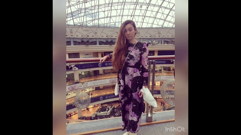Кристина Лапшина в центре зала с фонтаном в т.у. Афимолл сити в г. Москва. Kristina Laps