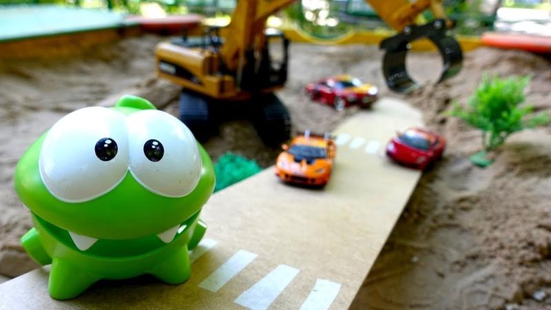 Om Nom hace una pista de carreras para los coches de juguete Vídeos para niños pequeños