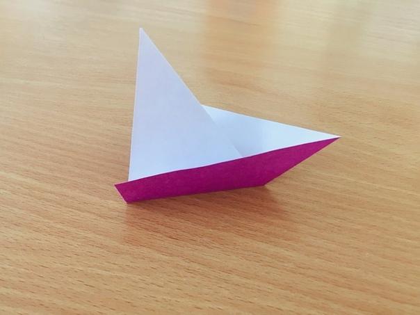 ПОДЕЛКИ К 23 ФЕВРАЛЯ ДЛЯ ДЕТЕЙ. Аппликация Кораблик Нам понадобятся: - цветная бумага,- ножницы,- фломастеры,- клей.Как сделать:- сложить лист квадратной формы по диагонали,- согнуть с одной