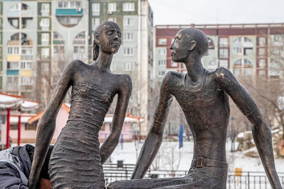 Мне одной кажется, что памятник Влюбленным на Дальнем востоке похож на россиян, выживающих на МРОТ?