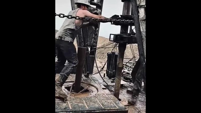 А вот такой процесс бурения нефти Рабочие получают за такую адскую работу чуть больше 2 х тысяч долларов