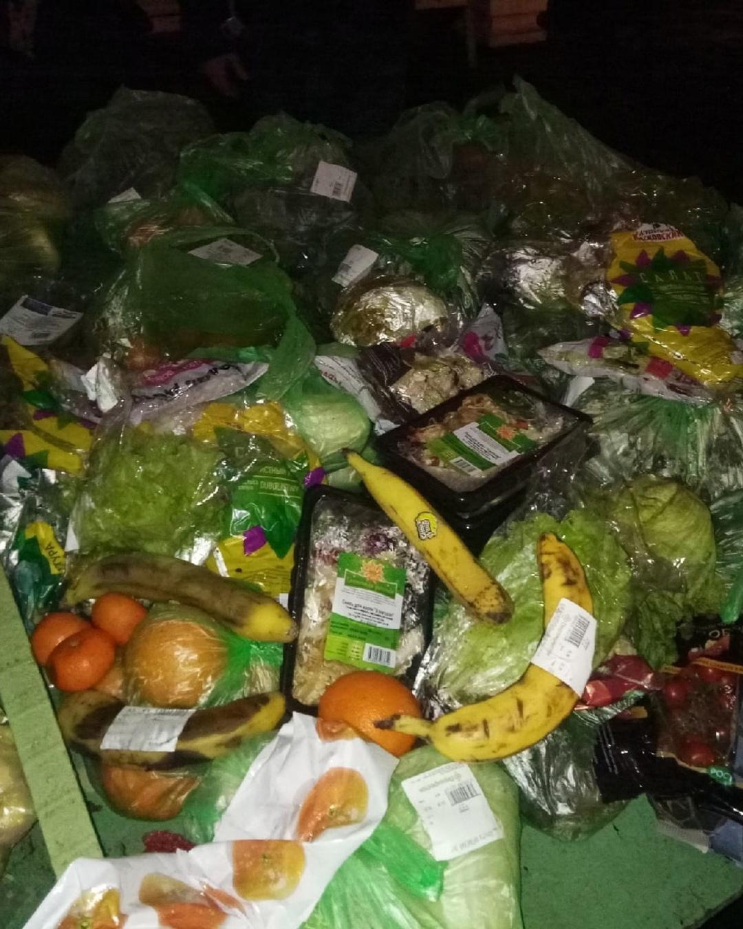 Жители Капотни жалуются на фригана, который устроил продуктовый склад в подъезде дома № 10 в 5-м квартале.