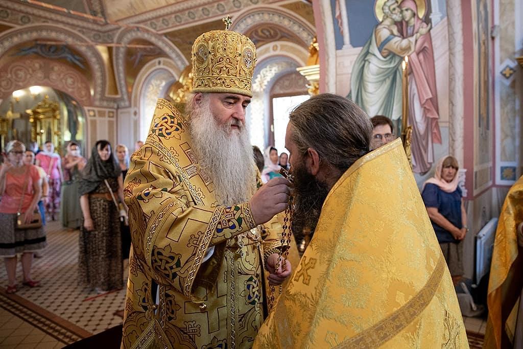 Митрополит Саратовский и Вольский ЛОНГИН вручил награду клирику Петровского благочиния Алексию ДОЛГОВУ