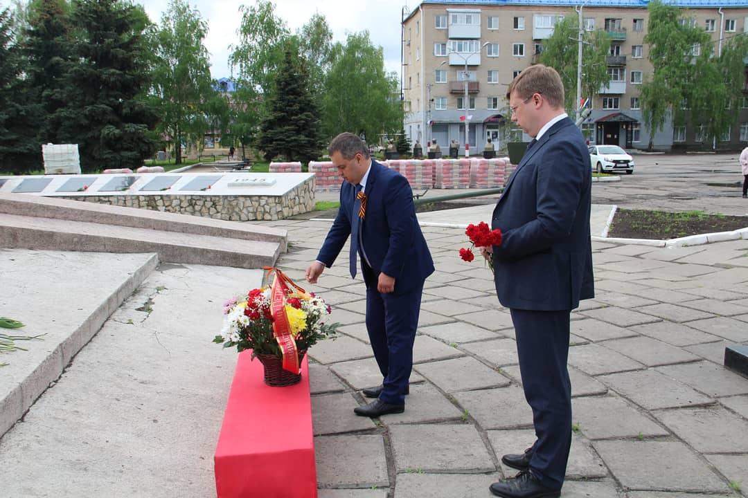 Представители руководства Петровского района и общественных организаций от лица петровчан возложили цветы к городским Мемориалам памяти