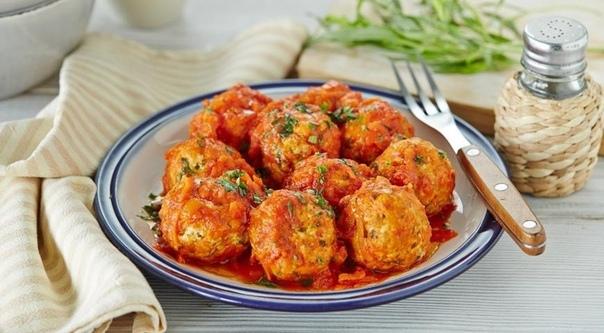 Нежные тефтельки НУЖНО:1 кг любого мясного фарша (лучше из нескольких видов мяса);2 головки репчатого лука;яйцо;1 морковь;1,5 ст. л. муки;лавровый лист;растительное масло или жир;по 2 ст. л.