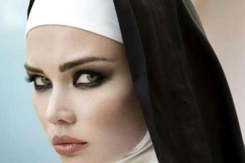 Одной монахине срочно понадобилось в уборную, поэтому она зашла в местный бар