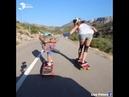 В Аликанте две девушки едут по дороге на скейтбордах – и результат завораживает