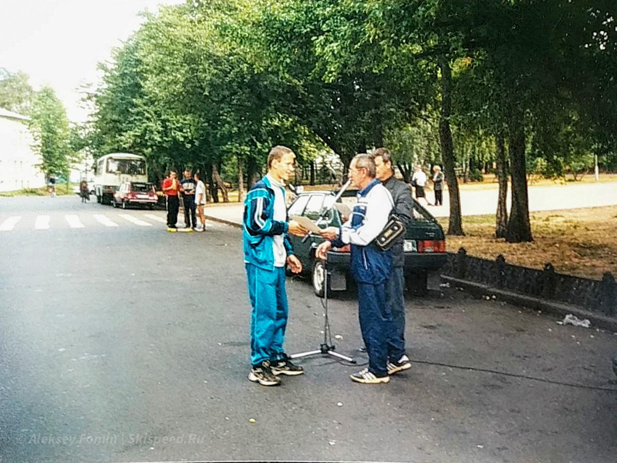 Фото. Тренер Юрий Сляднев награждаем Сергея Рогозина (Ярославль)