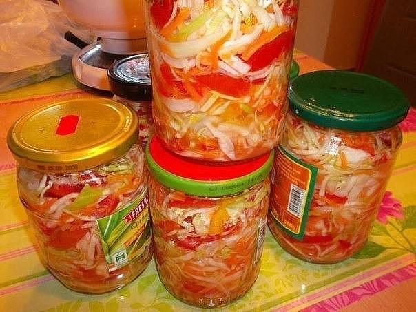 Салат Люкс Восхитительный салат баночка съедется за раз!1кг помидор350 гр моркови тертой1кг сладкого перца300 гр лука1 кг капустыОвощи порезать, перемешать и добавить:50 гр соли250 мл р.