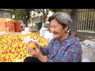 80-летняя китайская бабушка стала звездой в интернете благодаря лайв-стримингу